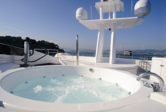 View large version of image: ODYSSEY - Jacuzzi hot tub on the flybridge