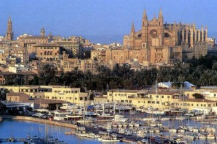 View large version of image: The 'Hoot for Yachting' protest in Palma De Mallorca, Spain.