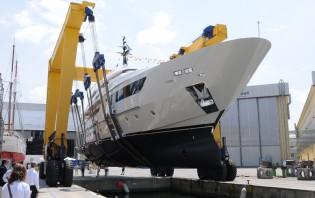 View large version of image: Sanlorenzo launch 8th SD122 superyacht THERAPY