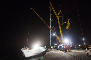 View large version of image: Marine Results re-step mega yacht M5's 89m mast at Pendennis