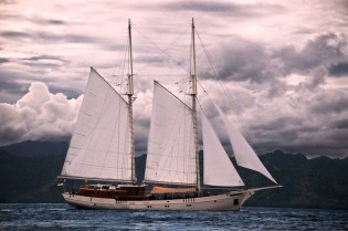 View large version of image: INDONESIA Luxury Yacht Charter Aboard Traditional Phinisi Yacht MUTIARA LAUT