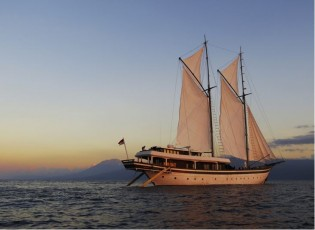 View large version of image: Indonesia Luxury Yacht Charter – ZEN phinisi yacht pre-Christmas and New Year's Special
